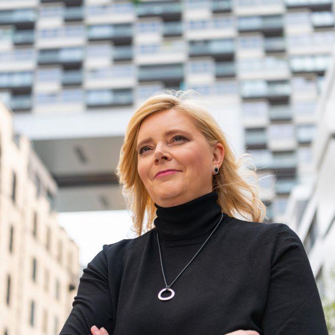 Anja Gaedike vor einem Kranhaus in Köln